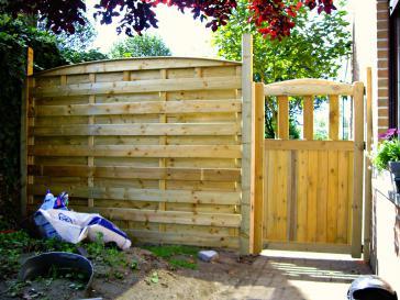 Houten tuinscherm met poort