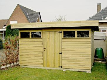 Tuinhuis met plat dak en deur in het midden