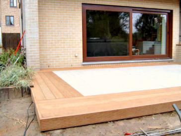 Omkadering van terras met tegels