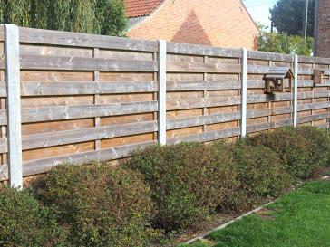 Houten tuinscherm met betonnen palen