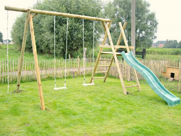 Houten speeltuig met klimrek en glijbaan