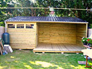 Tuinhuis met houten terras
