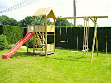 Speeltoren met houten schommel en glijbaan